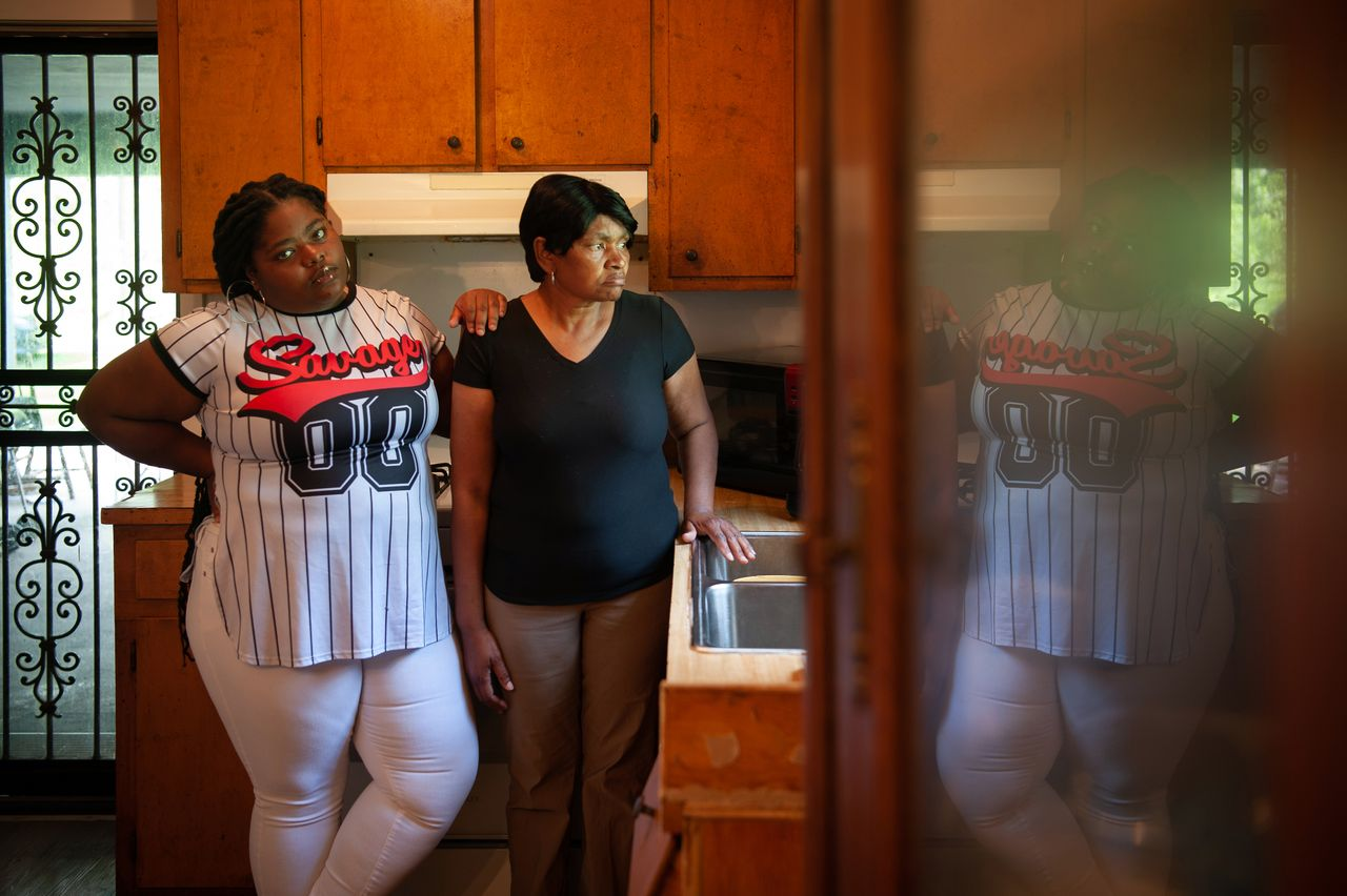 Gas victims Linda Garrett (right) and her granddaughter, Makaylan Burns, in Garrett's kitchen in Satartia in July. <strong><br>Rory Doyle for HuffPost</strong>
