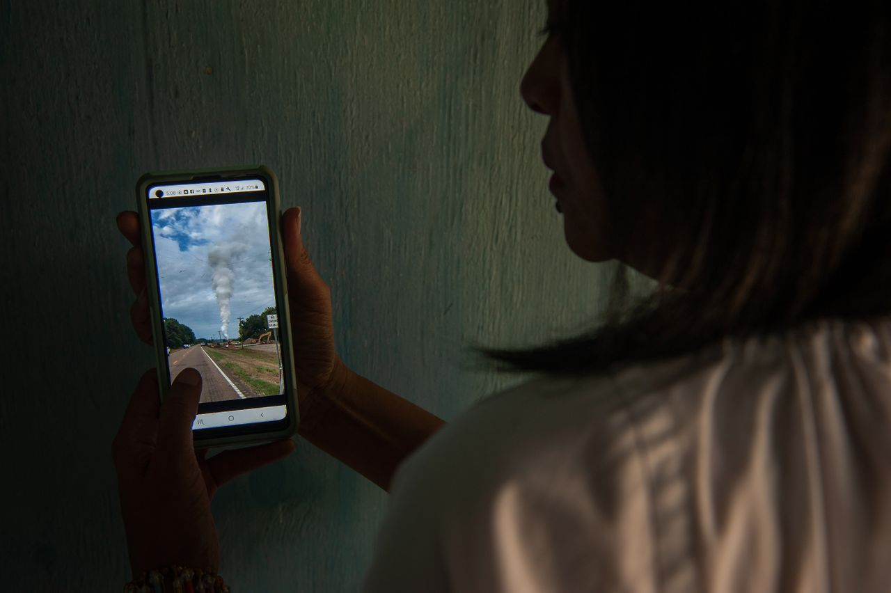 Berneva Lewis plays a video of an October 2020 gas leak in Satartia.<br><strong>Rory Doyle for HuffPost.</strong>