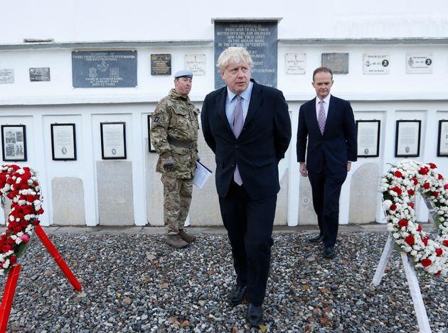 Boris Johnson et l'ambassadeur britannique en Afghanistan Dominic Jermey, ici visitant le cimetière...