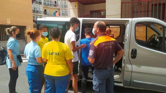 Cinco menores, incluidos en el grupo de los 15 que iban a ser repatriados, se dirigen a los juzgados...