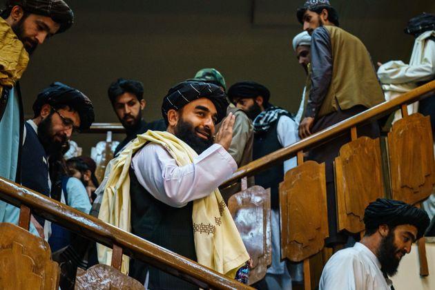 Zabihullah Mujahid, el portavoz talibán, de camino a la rueda de prensa del