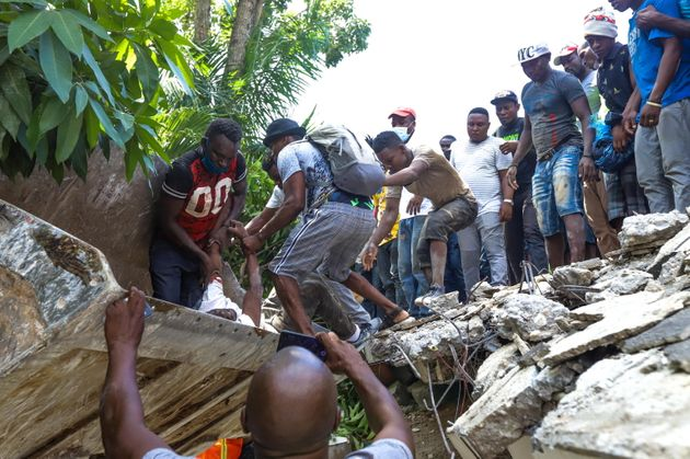 epa09414123 Groups of people carry out searches for survivors after a 7.2 magnitude earthquake, in Los Cayos, Haiti, 14 August 2021. The earthquake struck at 08:29 local time (12.29 GMT) northeast of Saint-Louis du Sud, in southern Haiti, and had a depth of 10 kilometers, according to the United States Geological Survey (USGS). EPA/Ralph Tedy Erol