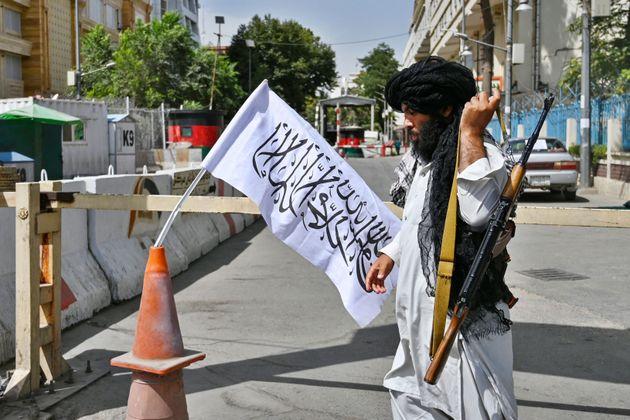 Un talibán patrulla una calle en Kabul (Afganistán) el 17 de agosto de
