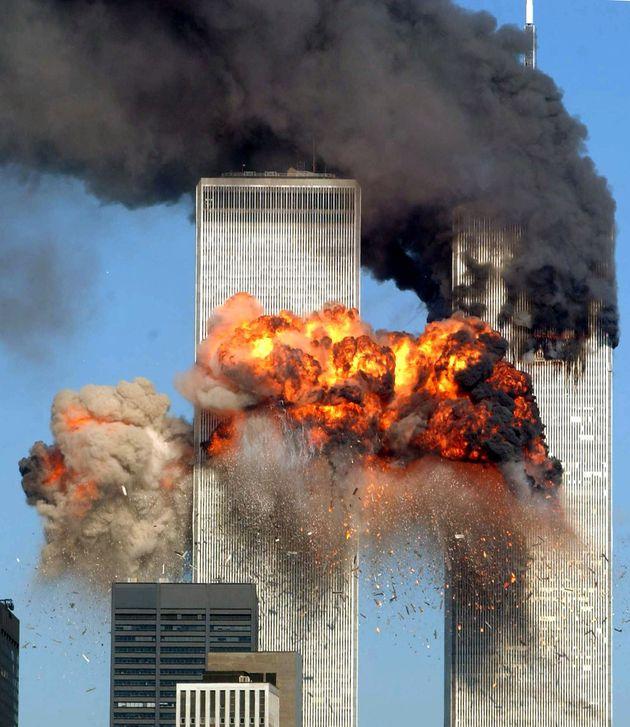 ハイジャックされた航空機が衝突し、炎上する世界貿易センタービル(ニューヨーク、2001年9月11日)
