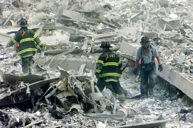 世界貿易センタービルの崩落現場で救助活動をする消防士ら