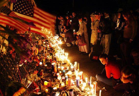 ワシントン・スクエア・パークでキャンドルを灯し、テロの犠牲者を追悼する人々(ニューヨーク、2001年9月14日)