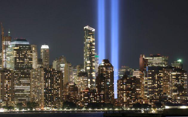 テロ事件で崩落した世界貿易センタービルのツインタワーに見立てた2本の青い光。犠牲者を悼む意味が込められている(2018年9月)