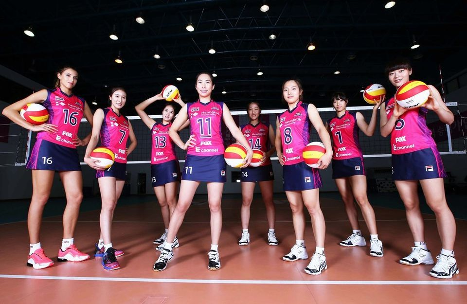 여자 프로배구 흥국생명 핑크 스파이더스는 2013-2014 시즌에 착용할 치마 바지 형태의 새 유니폼을 16일 공개했다.