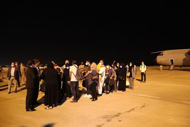 Afganos evacuados a su llegada a