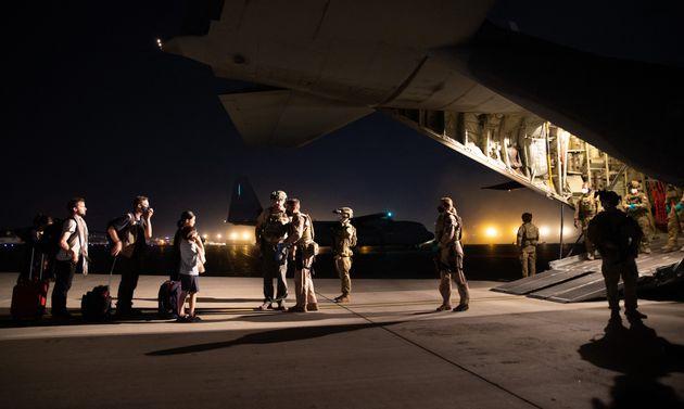 Photo prise le 18 août 2021 à l'aéroport de Kaboul et montrant une évacuation par