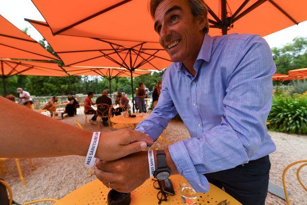 A l'origine de l'expérimentation, Laurent Tournier, président de l'UMIH 33, pose un bracelet...