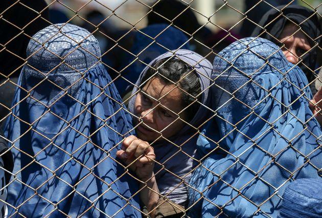 Unas mujeres esperan a recibir ayuda del Gobierno afgano contra el coronavirus, el pasado