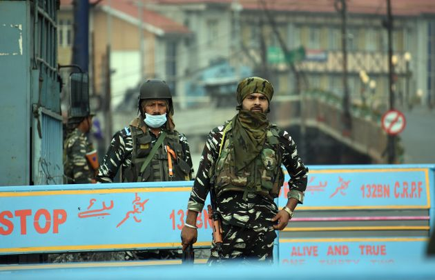 SRINAGAR, KASHMIR, INDIA-AUGUST 15 : Indian paramilitary soldiers stand alert near a check point during the official celebration of India's Independence Day in Srinagar, Kashmir on August 15, 2021. (Photo by Faisal Khan/Anadolu Agency via Getty Images)