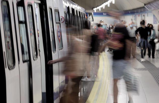 Pasajeros en el andén de la estación de metro de