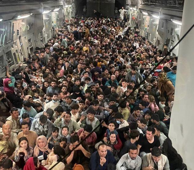 El interior de un C-17 estadounidense antes de salir de Kabul quintuplicando la carga máxima