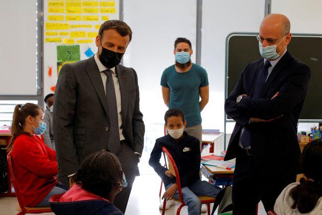 Le président Emmanuel Macron et le ministre de l'Éducation Jean-Michel Blanquer discutent...