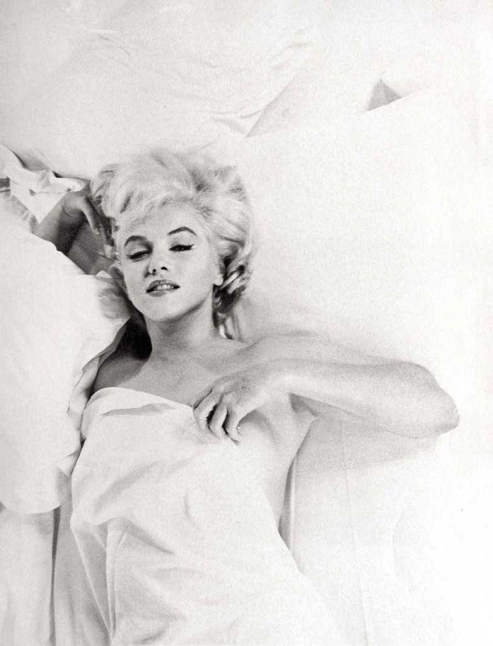"""La actriz estadounidense Marilyn Monroe descansando entre tomas durante una sesión de estudio fotográfico en Hollywood (Paramount Gallery), para el rodaje de la película """"The Misfits"""". © Eve Arnold / Magnum Photos."""