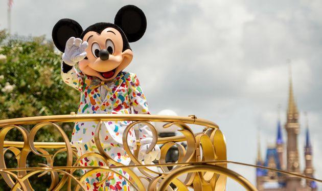 Le personnage de Mickey devant le château de Walt Disney World à Orlande en Floride, le...