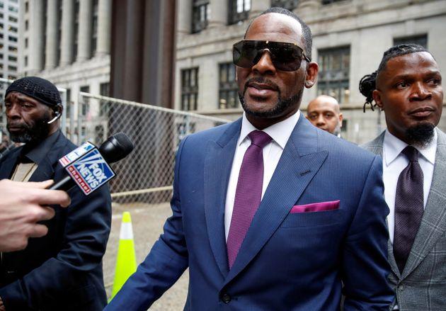 R. Kelly quittant le tribunal de Chicago, le 13 mars