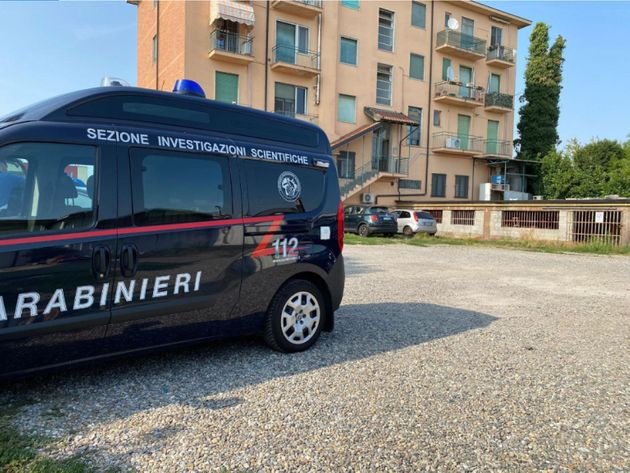 Doppio omicidio con suicidio a Carpiano, nel Milanese, 22 agosto 2021. Un uomo ha chiamato poco dopo le 14 il 118 spiegando di aver ammazzato la moglie e la figlia e di aver intenzione di suicidarsi. Arrivati sul posto, i Carabinieri hanno trovato tre cadaveri: l'uomo di 70 anni con a fianco una pistola, una donna di 42 anni e una ragazza 15enne. ANSA/CARABINIERI +++ ANSA PROVIDES ACCESS TO THIS HANDOUT PHOTO TO BE USED SOLELY TO ILLUSTRATE NEWS REPORTING OR COMMENTARY ON THE FACTS OR EVENTS DEPICTED IN THIS IMAGE; NO ARCHIVING; NO LICENSING +++