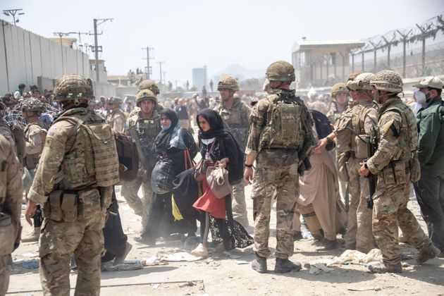 À Kaboul le 21 août, des soldats britanniques et américains évacuent des civils....