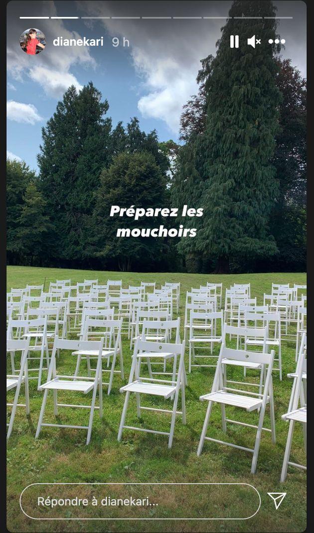 Des chaises alignées dans un parc pour préparer le mariage de Roméo Elvis et Lena