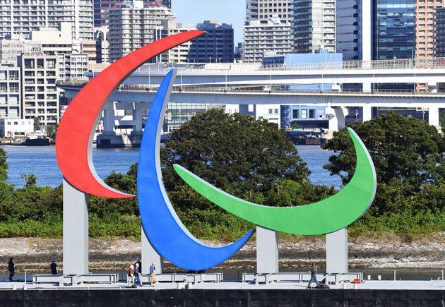 お台場海浜公園の海上に設置されたパラリンピックのシンボルマーク「スリー・アギトス」