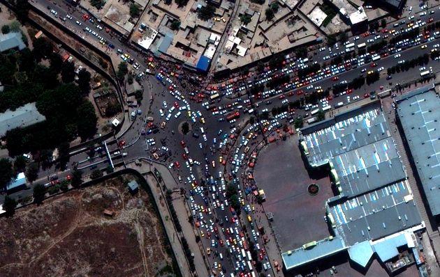 Imagen de satélite que muestra las aglomeraciones en las afueras del aeropuerto de Kabul, la capital