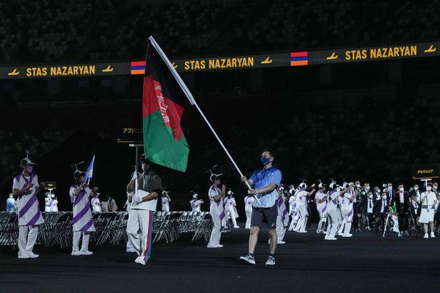 Le drapeau de l'Afghanistan porté lors de la cérémonie d'ouverture des Jeux paralympiques...