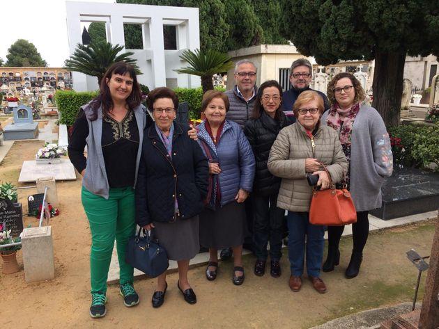 Descendientes de víctimas de la fosa 21 de Paterna, con Pilar Taberner a la