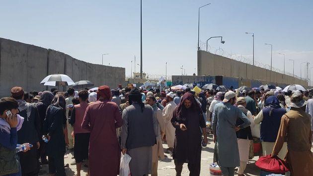 (Photo de personnes attendant aux abords de l'aéroport de Kaboul par Sayed Khodaiberdi Sadat/Anadolu...
