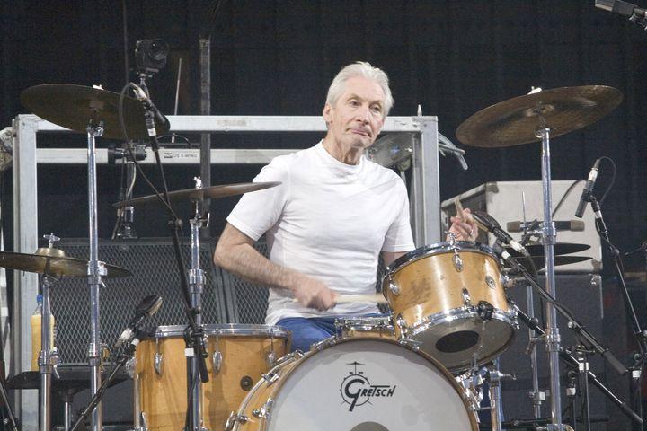 Charlie Watts, batería de los Rolling Stones, fallece a los 80 años.