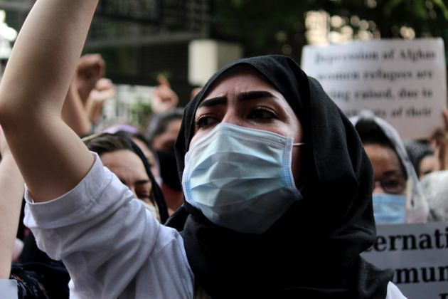 Una mujer afgana residente en India participa en una protesta para reclamar ayuda a la comunidad internacional...