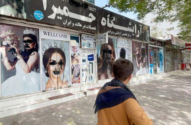 Carteles pintarrajeados en los que se ha tratado de borrar a las mujeres. En Kabul, el 20 de