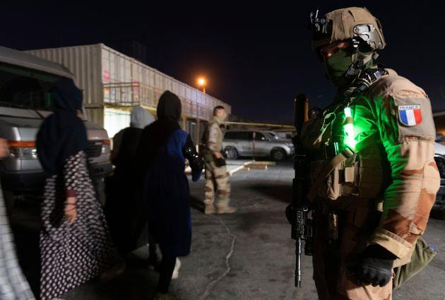 Photo prise le 24 août 2021 montrant un soldat de l'Armée française à l'aéroport de Kaboul (Etat-Major...
