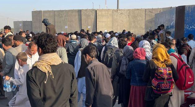 Des Afghans souhaitant fuir le pays autour de l'aéroport international Hamid Karzai de Kaboul,...