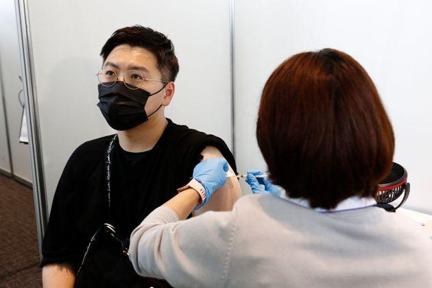 Au Japon, 1,63 million de vaccins Moderna suspendus pour anomalie (Photo: un homme reçoit une...