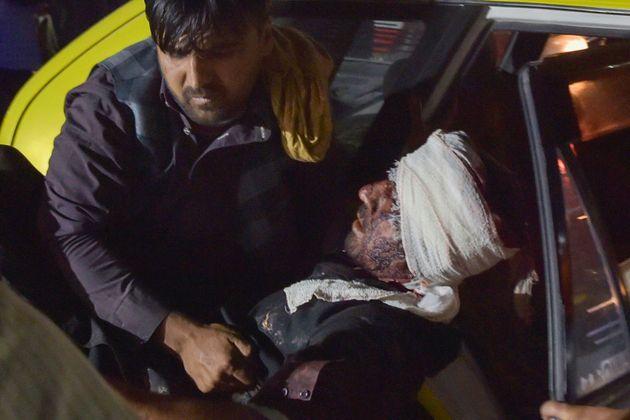 Un ciudadano traslada a un herido de