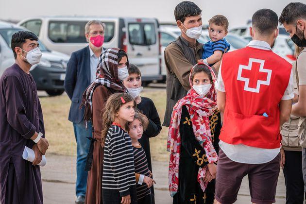 Varias familias afganas, a su llegada al aeropuerto de Torrejón de
