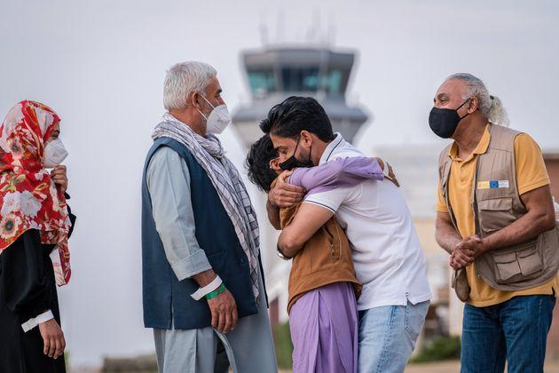 Una familia afgana se abraza a su llegada a Torrejón de Ardoz, el 24 de