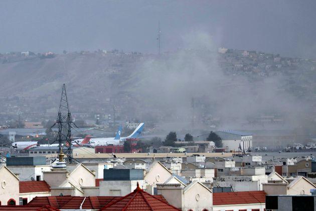 De la fumée s'élève au-dessus de Kaboul après l'attentat revendiqué...