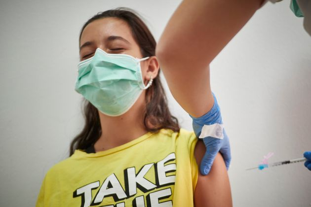 Una joven recibe la primera dosis de la vacuna de Moderna frente al covid en Pamplona, el 13 de agosto...