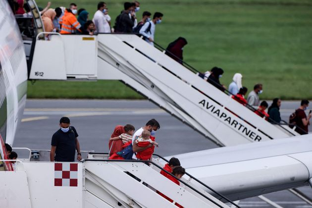 Un grupo de afganos, a su llegada a