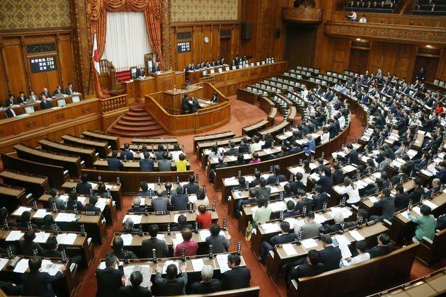 部落差別解消推進法が賛成多数で可決、成立した参院本会議=2016年12月、東京・国会内