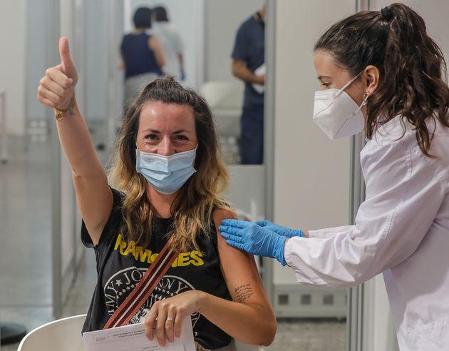Una joven se vacuna en la Ciutat de les Arts i les Ciències de Valencia, el 28 de julio de
