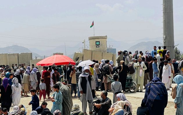 Cientos de personas se reúnen afuera del aeropuerto internacional de Kabul, en