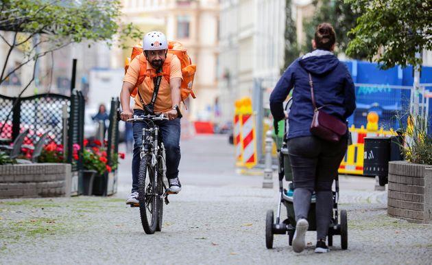 Ο Αφγανός υπουργός που έγινε μεταφορέας με ποδήλατο στη