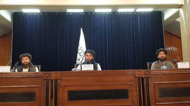 Le porte-parole des talibans, Zabihullah Mujahid (au centre), prononce un discours lors d'une conférence...