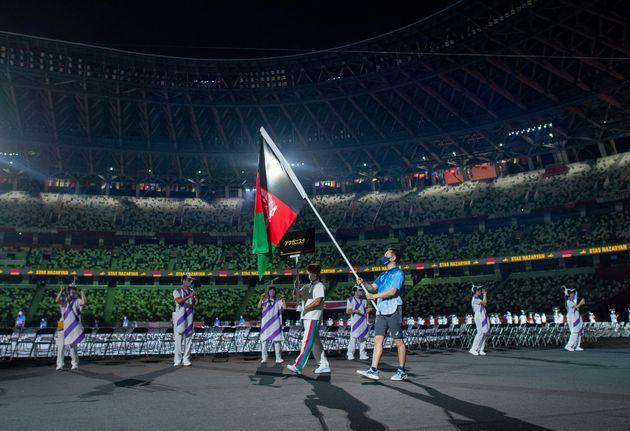 Le 24 août, le drapeau afghan a été symboliquement porté lors de la cérémonie...