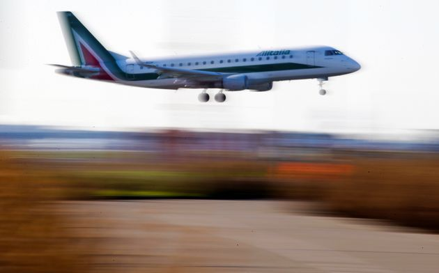 An Alitalia passenger aircraft prepares to land at Fiumicino International airport in Rome, Italy January 13, 2018. REUTERS/Max Rossi